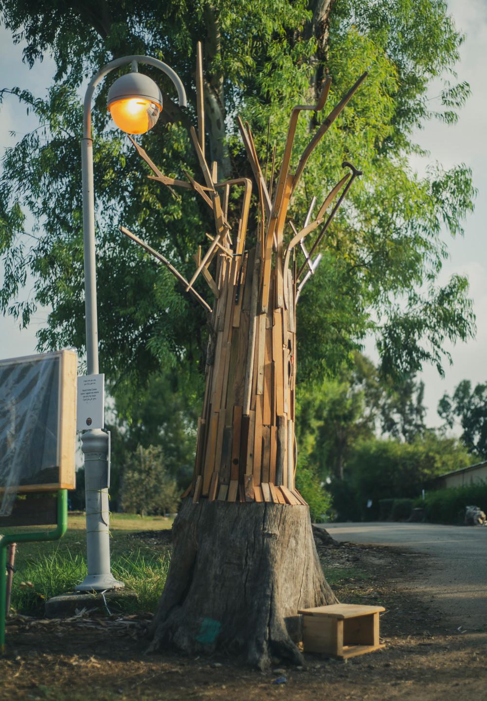 משפחה עניפה, מיצב מעצים ממוחזרים