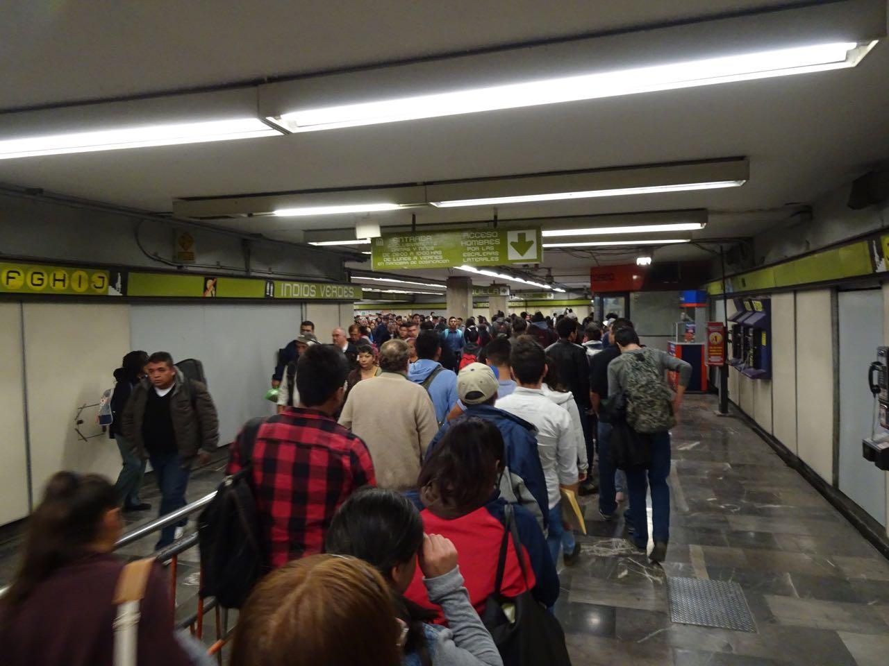 Anstehen für Tickets in der Metro