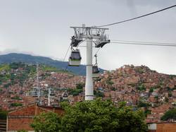 Gondelbahn_über_Medellin