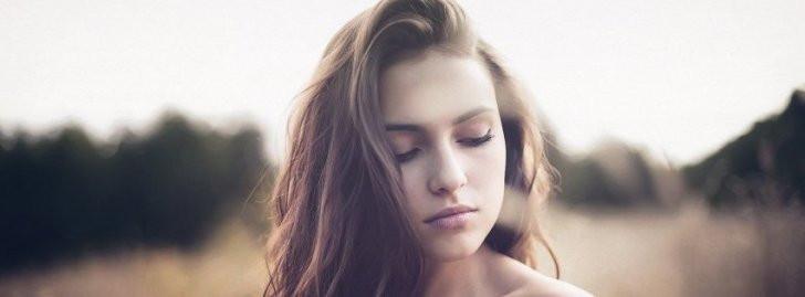 mujer ojos cerrados