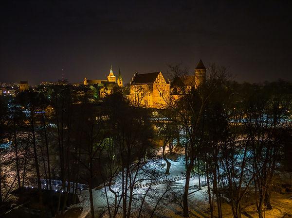 Nocny widok na Olsztyn z mostu kolejowego nad Łyną.
