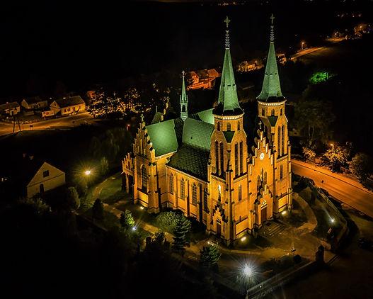 Kościół w Janowcu Kościelnym nocą.