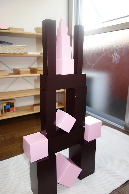ピンクタワー 茶色の階段