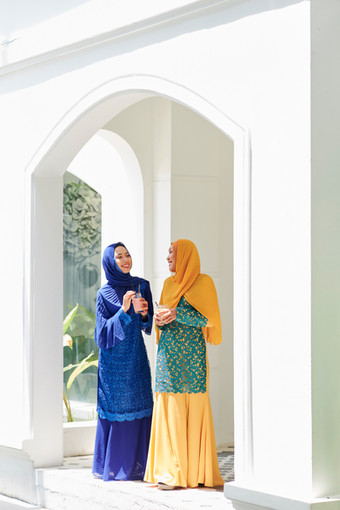 Muslim-women-chatting-at-party