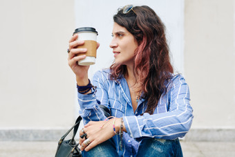 Woman-drinking-coffee-outdoors-473383.jp