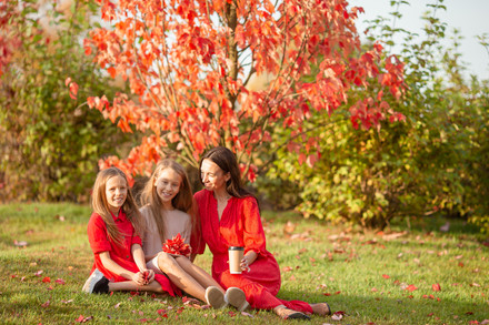 Girls-in-autumn-park