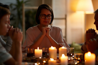 Family-praying-at-table
