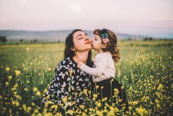 Baby-kisses-her-mother-583801.jpg
