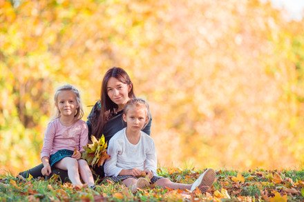 Family-in-yellow-autumn-park