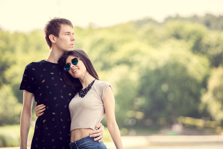 Romantic-happy-couple-in-the-park-409836