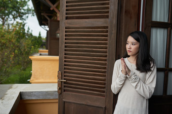 Pensive-young-woman-517817.jpg