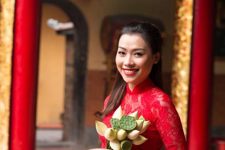 Asian-woman-visiting-temple-530997.jpg