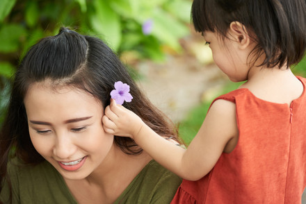 Decorating-mothers-hair