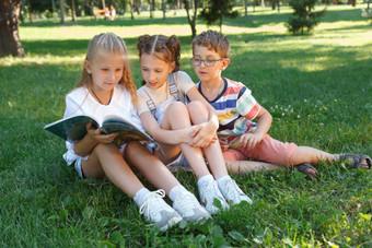 Studing-at-the-park-757001.jpg