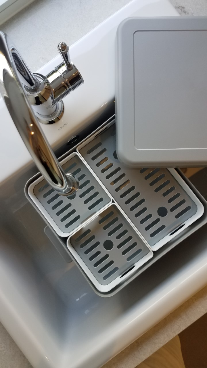 Soka Tub in white porcelain sink