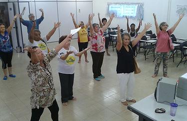Alunas da UniSER em uma apresentação de dança, todas as 10 pessoas estão com braços levantados