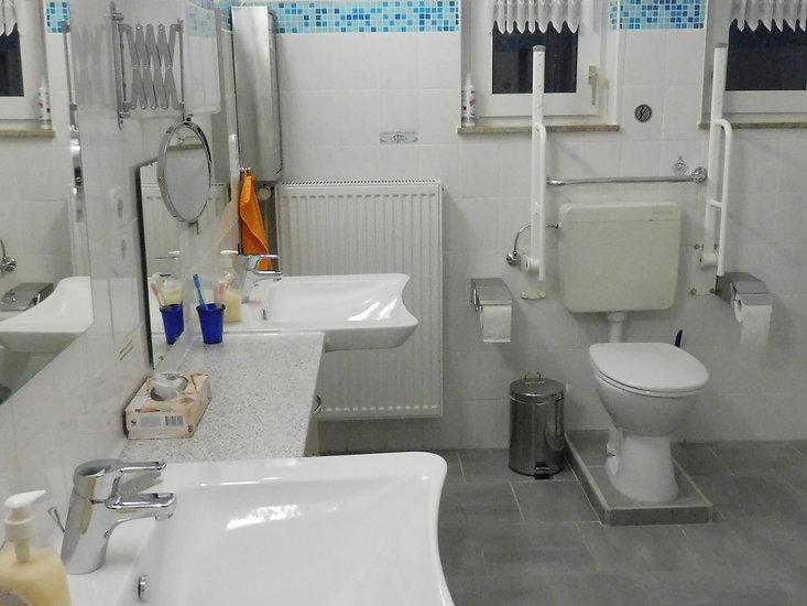 Erhöhte Toilette mit Stützhaltegriffen in der Ferienwohnung 26789 Leer Ostfriesland
