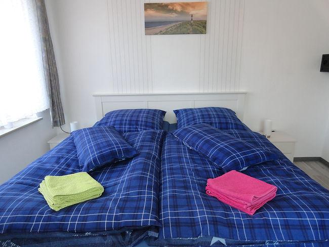 schlafzimmer-doppelbett-ferienwohnung-fe