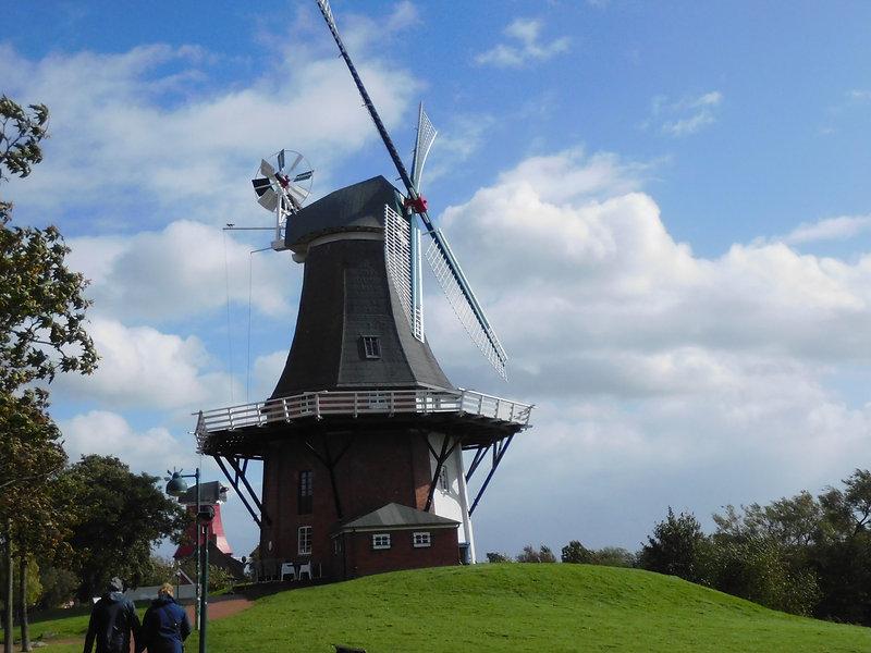 Eine der berühmten Zwillingsmühlen in Greetsiel an der Nordseeküste