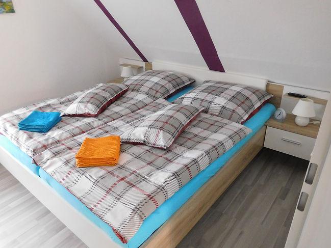 Kleines Schlafzimmer oben mit Fernseher