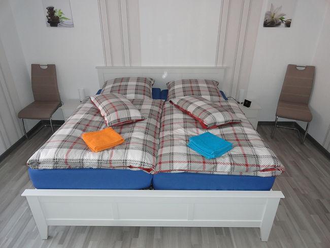 schlafzimmer-erdgeschoß-stuhl-ferienwohn