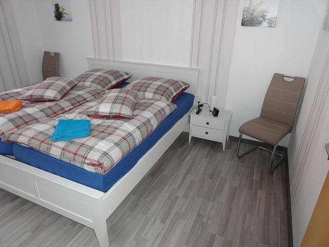 schlafzimmer-stuhl-wecker-ferienwohnung-