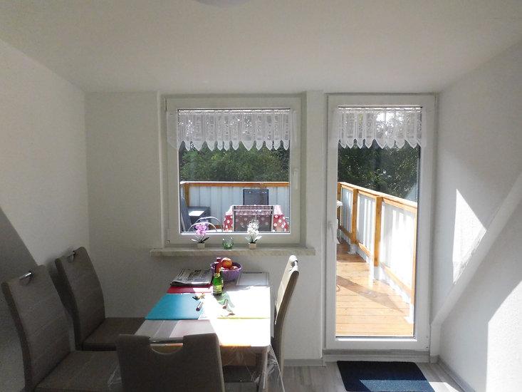 Essecke in der Ferienwohnung Leer mit Blick auf den Balkon