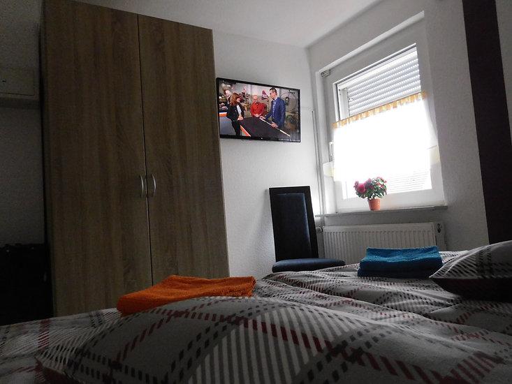 Fernsehen können Sie auch im Schlafzimmer der Ferienwohnung Amelsberg in 26789 Leer in Ostfriesland