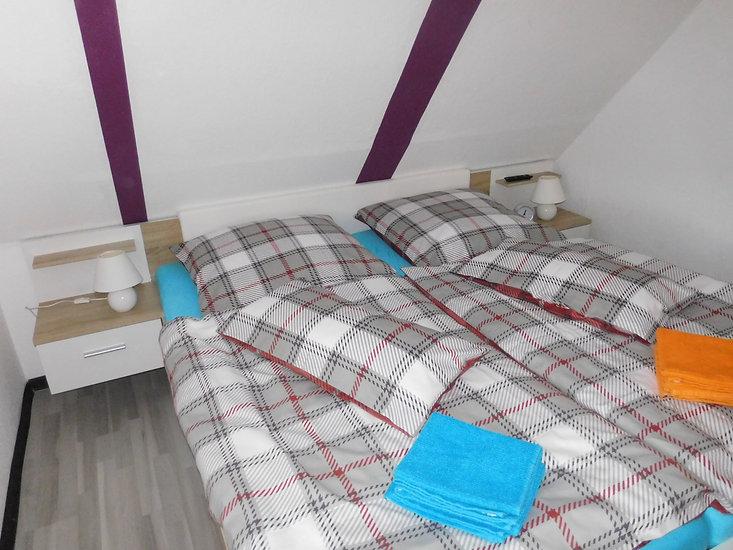 Ansicht vom kleinen Schlafzimmer im Obergeschoß von der Ferienwohnung Amelsbeg in 26789 Leer Ostfriesland