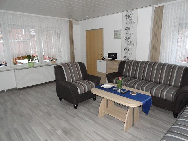 wohnzimmer-tisch-sessel-ferienwohnung-fe