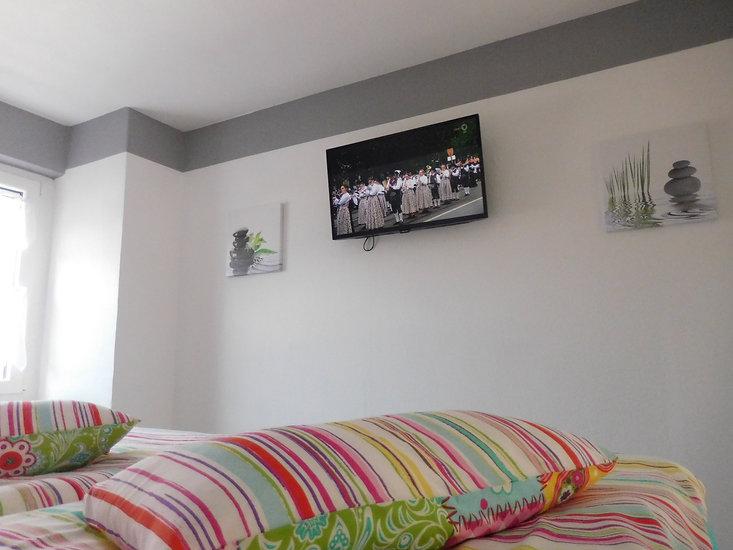 Im Schlafzimmer haben die Gäste der Ferienwohnung Leer einen Fernseher mit Sat Anschluss