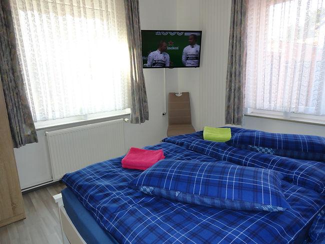schlafzimmer-erdgeschoss-fernseher-ferie