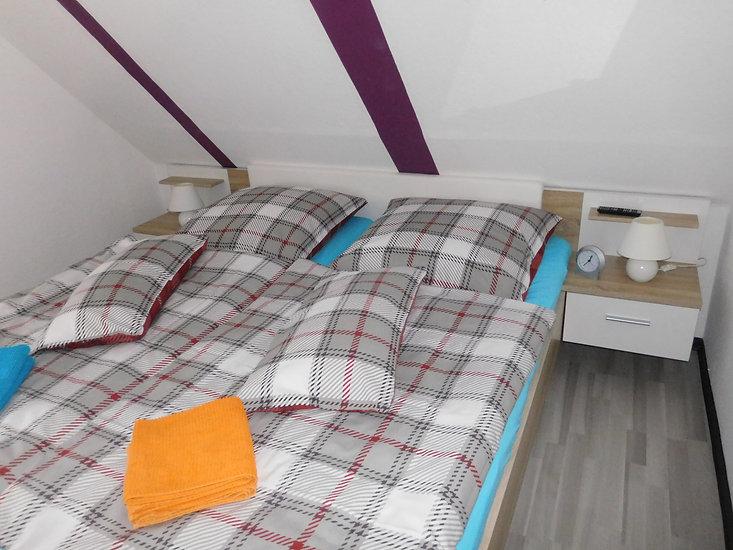 Ein kleines aber feines Schlafzimmer mit Doppelbett im Ferienhaus Amelsberg in Leer Ostfriesland
