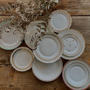 Ajoutez une touche vintage à vos tables de réception avec notre vaisselle vintage