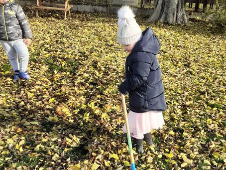 Jesenne upratovanie lístia a hry na šk.dvore