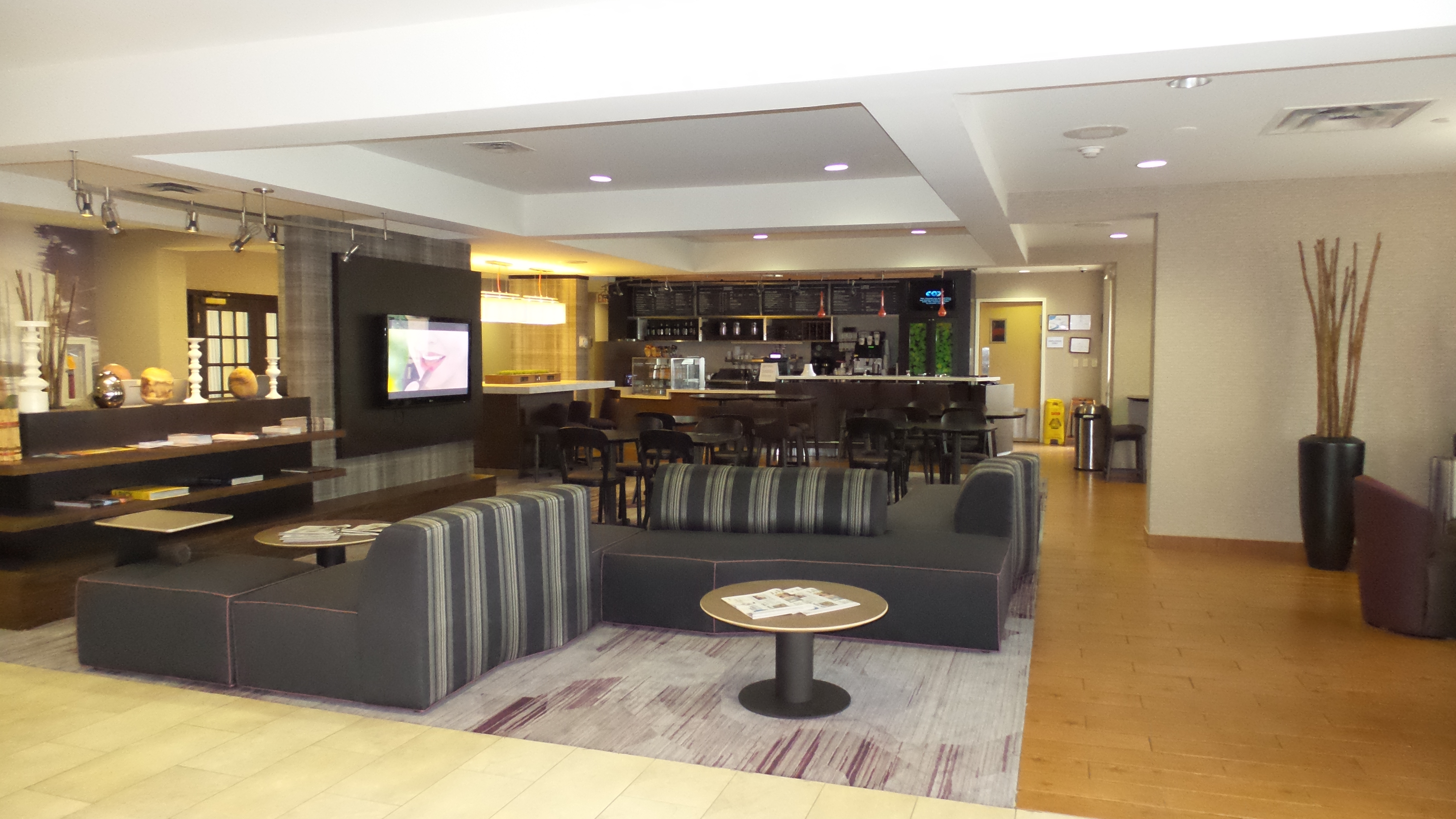 Courtyard Lobby & Bistro