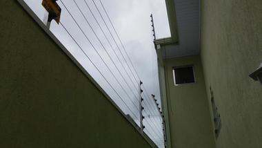 Cerca elétrica subindo telhado