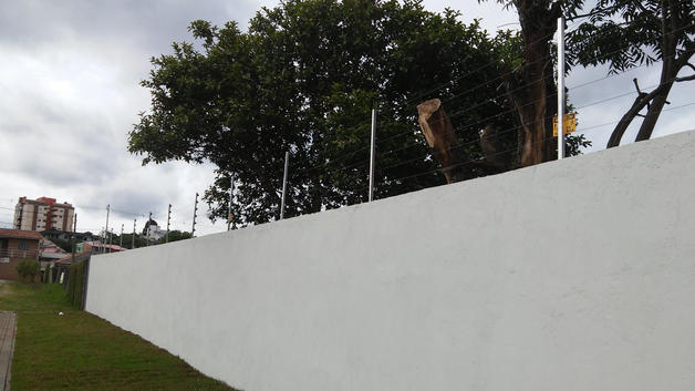 cerca em muro