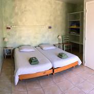 Chambre d'hôtes avec deux lits jumeaux