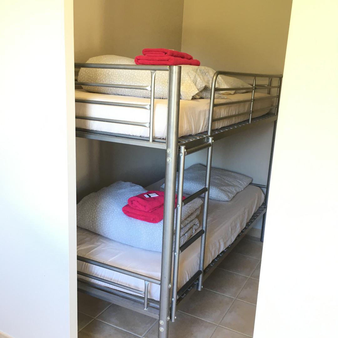 alcôve avec les lits superposés