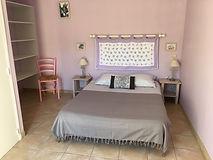 Vue intérieur d'une chambre d'hôtes avec lit double