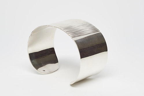 Wide cuff with lined center