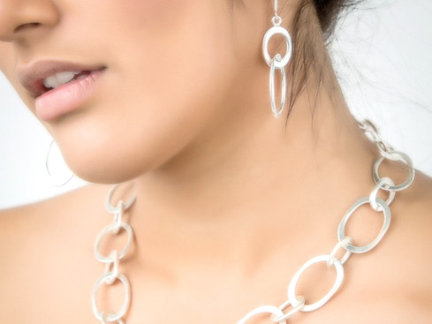 THE MOST FASHIONABLE JEWELRY THIS YEAR IS HANDMADE. HOW TO CHOOSE THE PERFECT NECKLACE AND EARRINGS