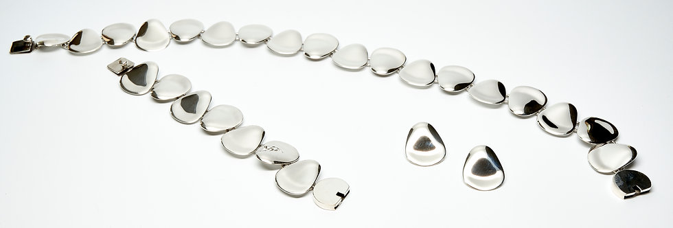 Row of Curved Petals Necklace