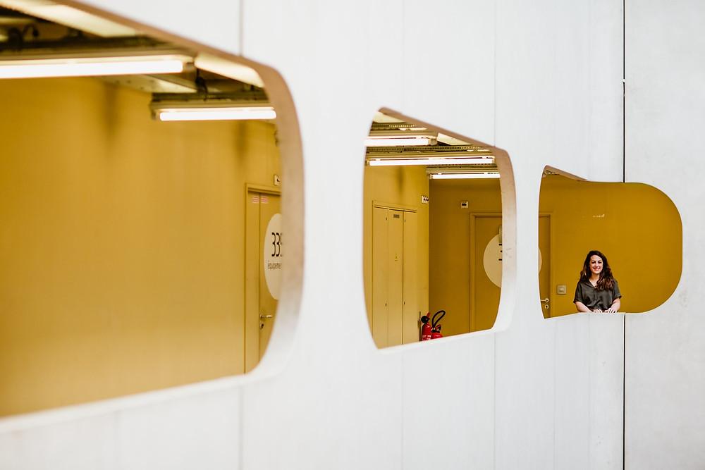 photo femme paris ligne et couleur jaune