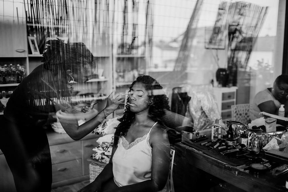 Photographe mariage Paris - la mariée se fait maquiller