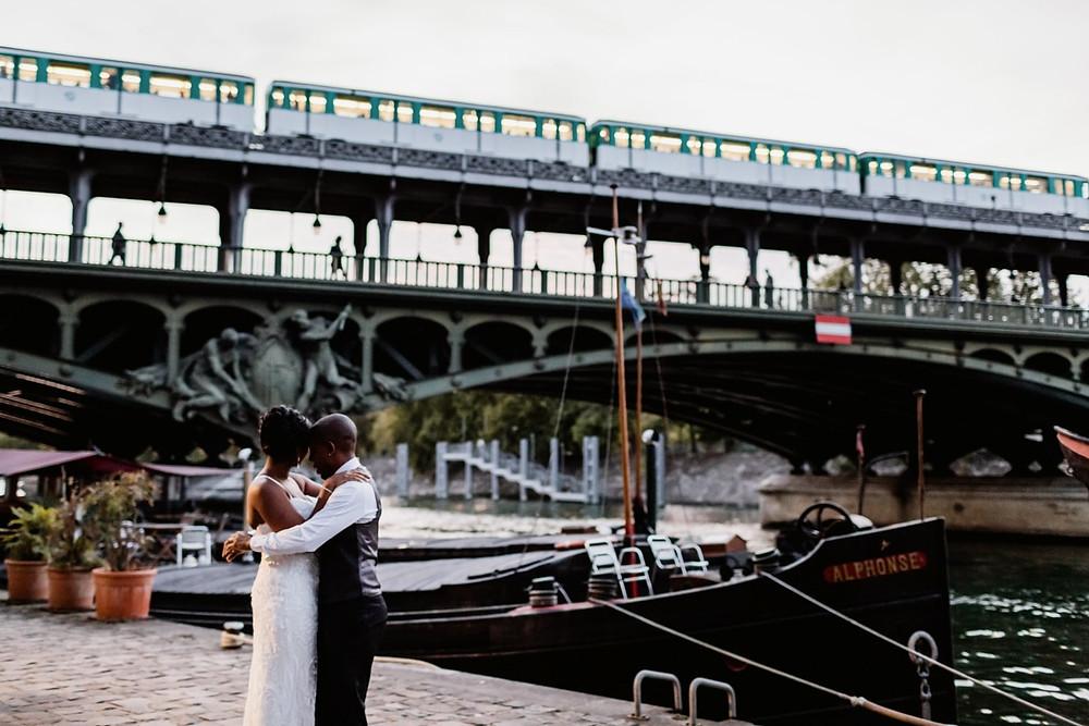 Photographe mariage Paris - les mariés sur les quais de Seine et métro
