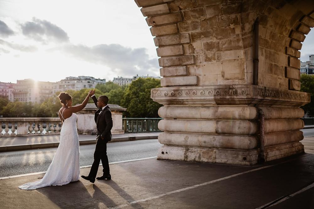 Photographe mariage Paris - couple qui danse sous le pont Bir Hakeim