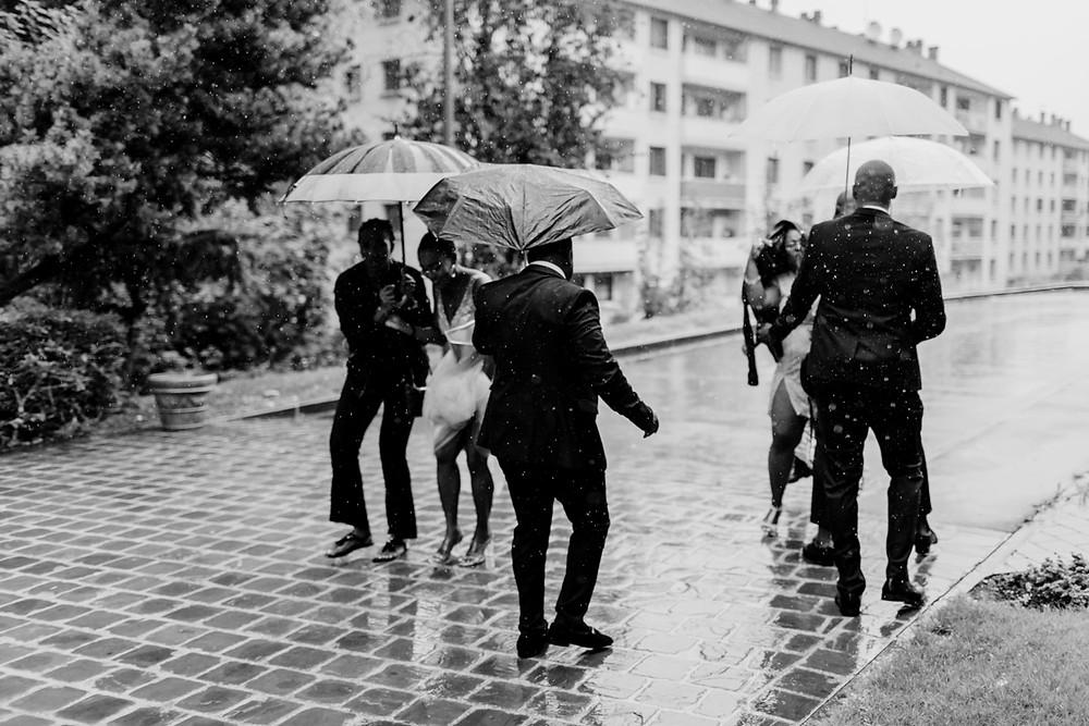 mariage sous la pluie - arrivée des invités