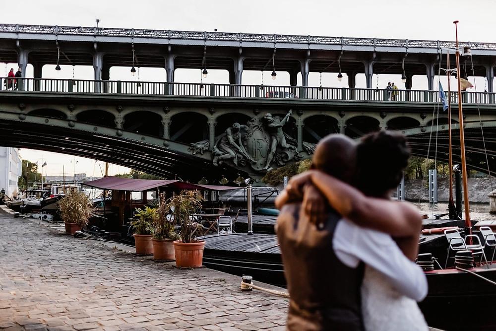 Photographe mariage Paris - mariés flous avec pont bir hakeim